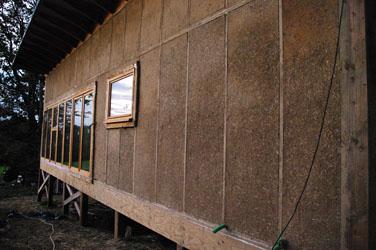 construction ossature bois et botte de paille sur pilotis. Black Bedroom Furniture Sets. Home Design Ideas